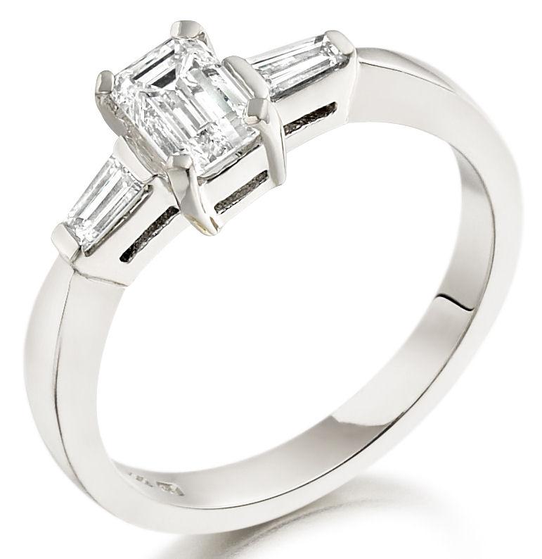 Inel de Logodna Solitaire cu Diamante Mici pe Lateral/cu 3 Diamante Dama Aur Alb 18kt cu Diamant Central Forma Smarald si 2 Diamante Forma Bagheta-img1