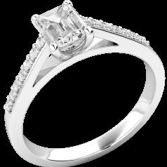 Solitär Verlobungsring mit Schultern für Dame in 18kt Weißgold mit einem Smaragd Schliff Diamanten und runden Brillanten auf den Schultern