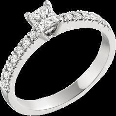 Solitär Verlobungsring mit Schultern für Dame in 18kt Weißgold mit einem Princess Diamanten und runden Diamanten auf den Schultern in Krappenfassung
