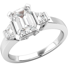 Drei-Steine Ring/Verlobungsring für Dame in Platin mit einem Smaragd Schliff und 2 Trapezschliff Diamanten