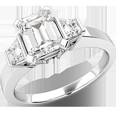 Inel de Logodna cu 3 Diamante Dama Aur Alb 18kt, cu un Diamant Central Taietura Smarald cu 2 Diamante Forma Trapez pe Margini