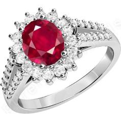RDR545W-18kt aur alb inel cu un rubin oval în centru, înconjurat de diamante rotunde brilliant, toate în setare cu gheare