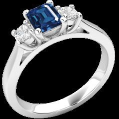 RDS389W - 18kt Weissgold Ring mit einem Smaragd-Schliff Saphir in der Mitte, mit runden Brillant Schliff Diamanten auf beiden Seiten