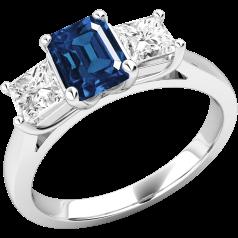 RDS499W - 18kt Weissgold Ring mit einem Smaragd-Schliff Saphir in der Mitte, und einem Princess Schliff Diamanten auf beiden Seiten, alle in Krappenfassung